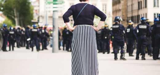 Gewalt seitens des Staates ist bei Demonstrationen keine Seltenheit. Wo ist der Grenze zum Terrorismus? Aufnahme aus Lyon, Frankreich. (Foto: Ev, Unsplash.com)