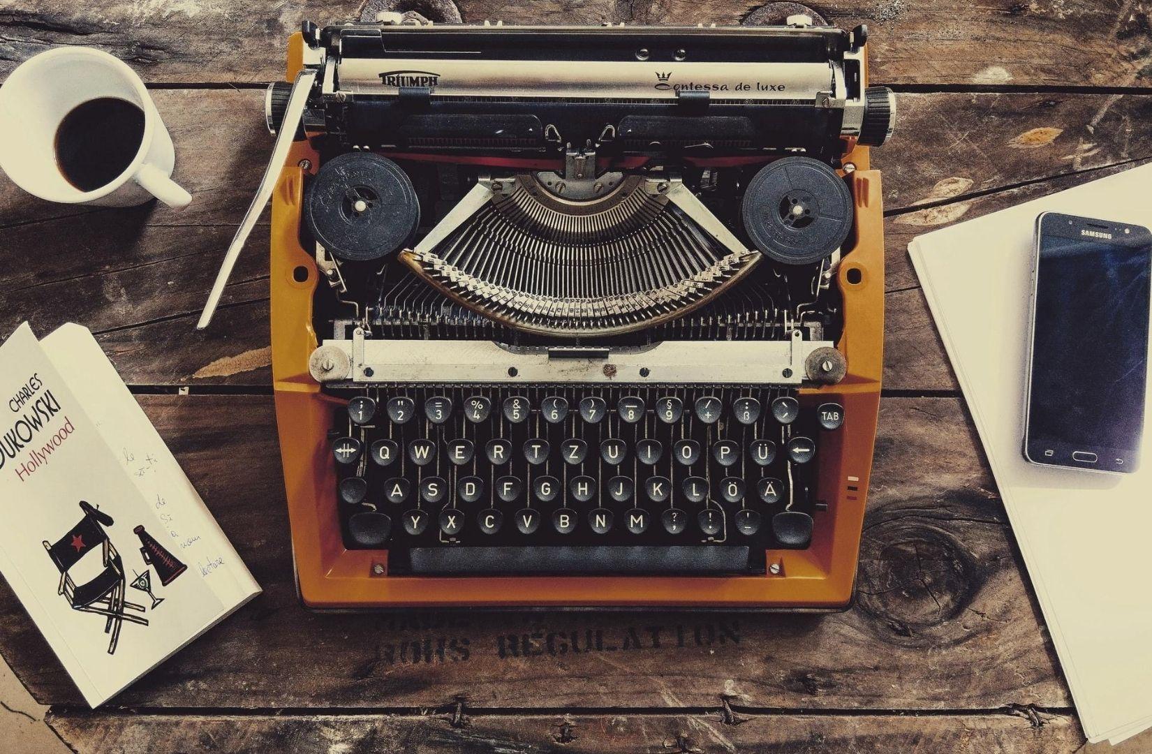 Schreiben auf einer Triumph. (Foto: Pereanu Sebastian, Unsplash.com)
