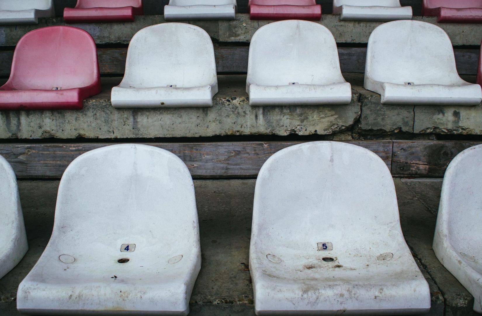 Leere Stühle als Zeichen von Stillstand. (Foto: Andriyko Podilnyk, Unsplash.com)