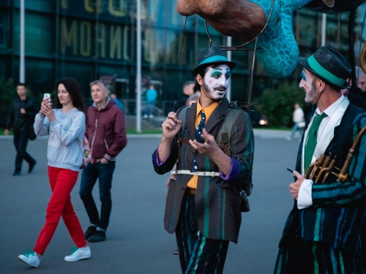 Russland Kontainer zerstört ein Feindbild. Menschen in Moskau. (Foto: Ann Fossa, Unsplash.com)