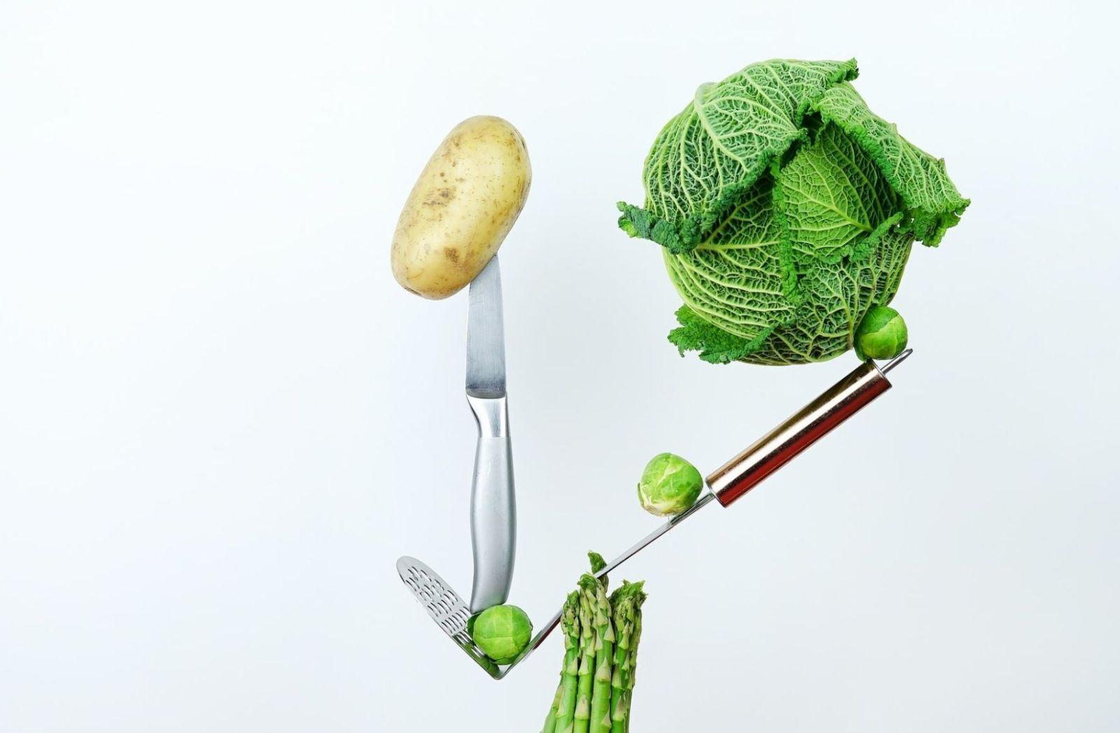 Deutschland als Vorbild? Kunst mit Küchenmesser und Kohlkopf. (Foto: Toa Heftiba, Unsplash.com)