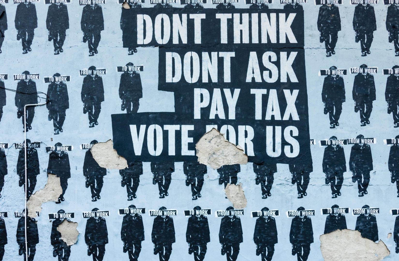 Provokante Anspielung einer Street Art in Polen zum Thema Wahlen, die auch auf Wien oder andere Metropolen passt. (Foto: Paweł Czerwiński, Unsplash.com)