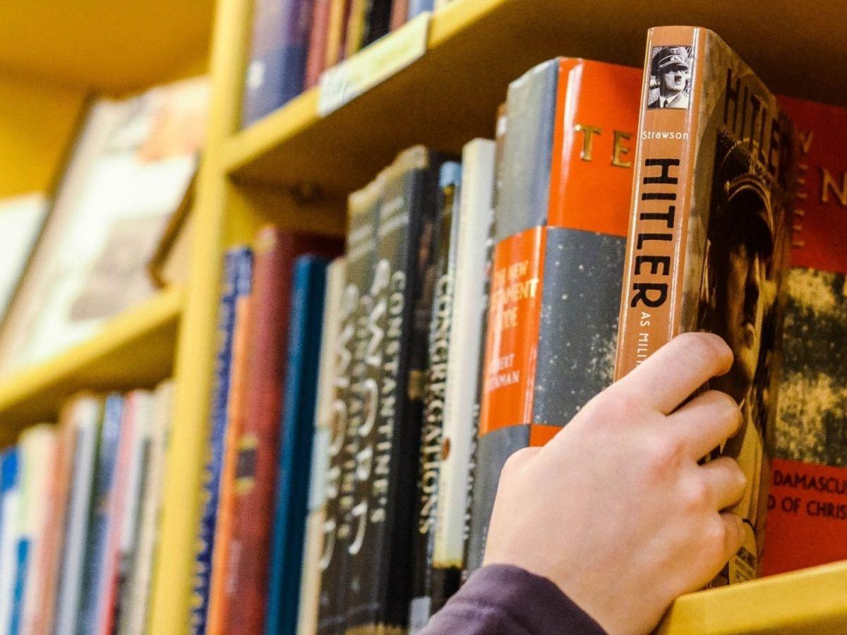Der Diskurs der Macht verlangt die Auseinandersetzung mit Diktaturen und Personen wie Adolf Hitler. (Foto: Erika Fletcher, Unsplash.com)