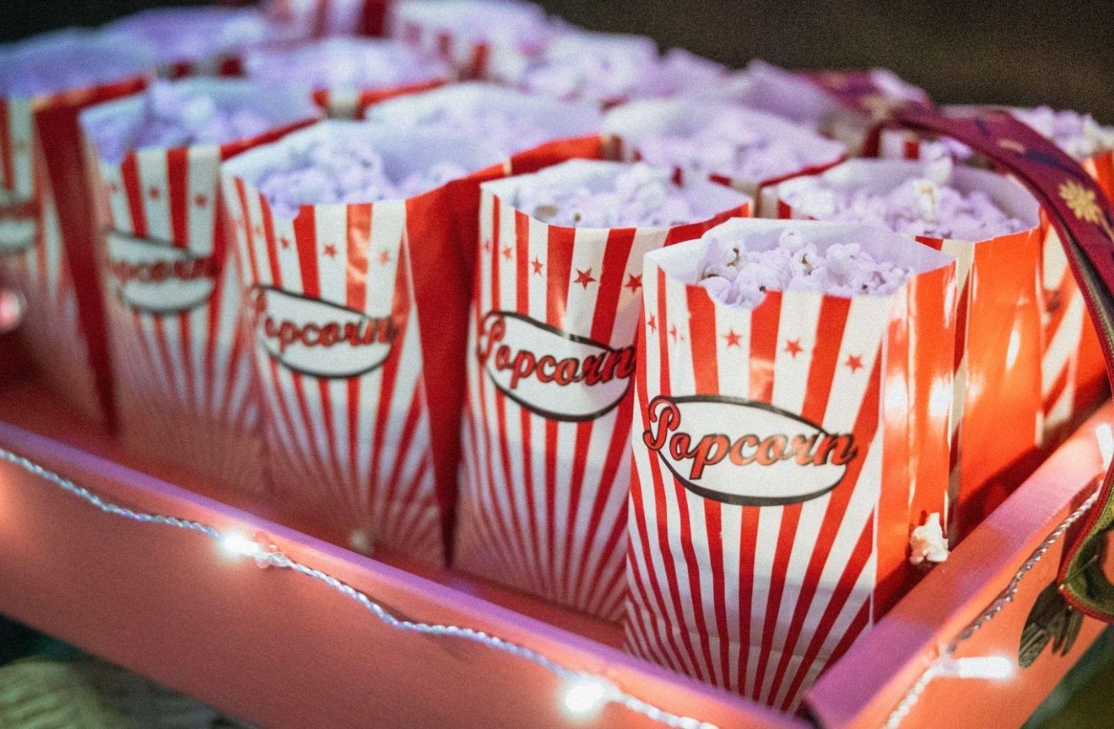 Zur guten Unterhaltung durch Krieg im Kino gehört Coke und Popcorn. (Foto: Corina Rainer, Unsplash.com)
