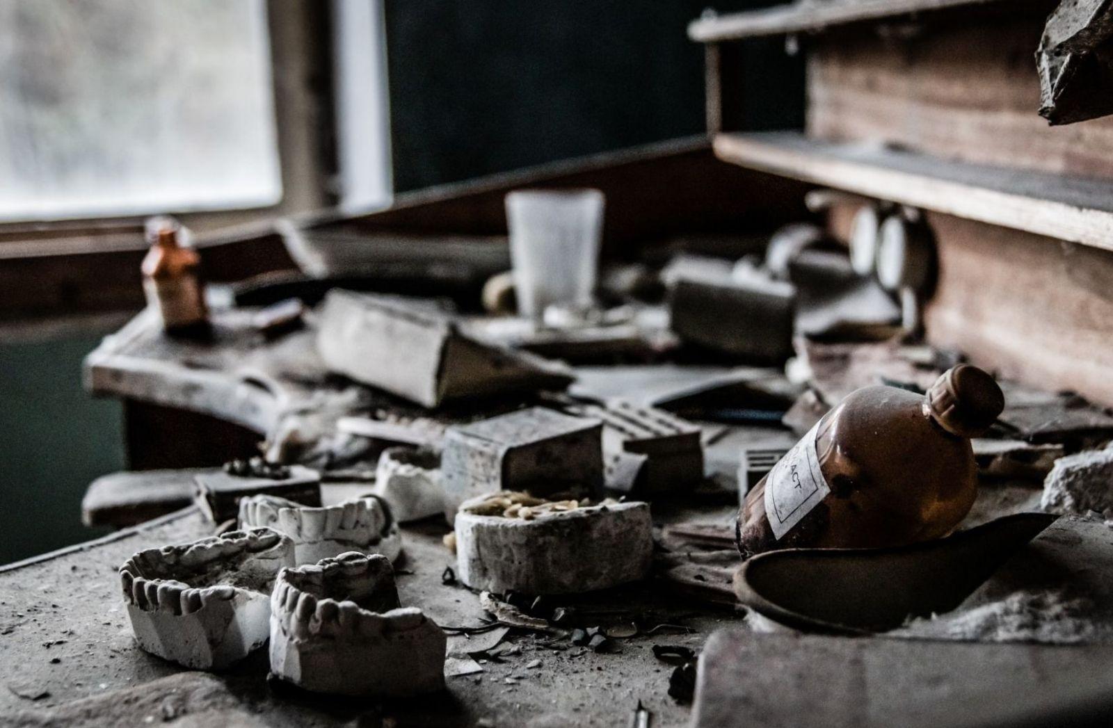 Keine Fiktion ist dieses Dentallabor in Pripyat bei Tschernobyl. (Foto: Massimo Adami, Unsplash.com)