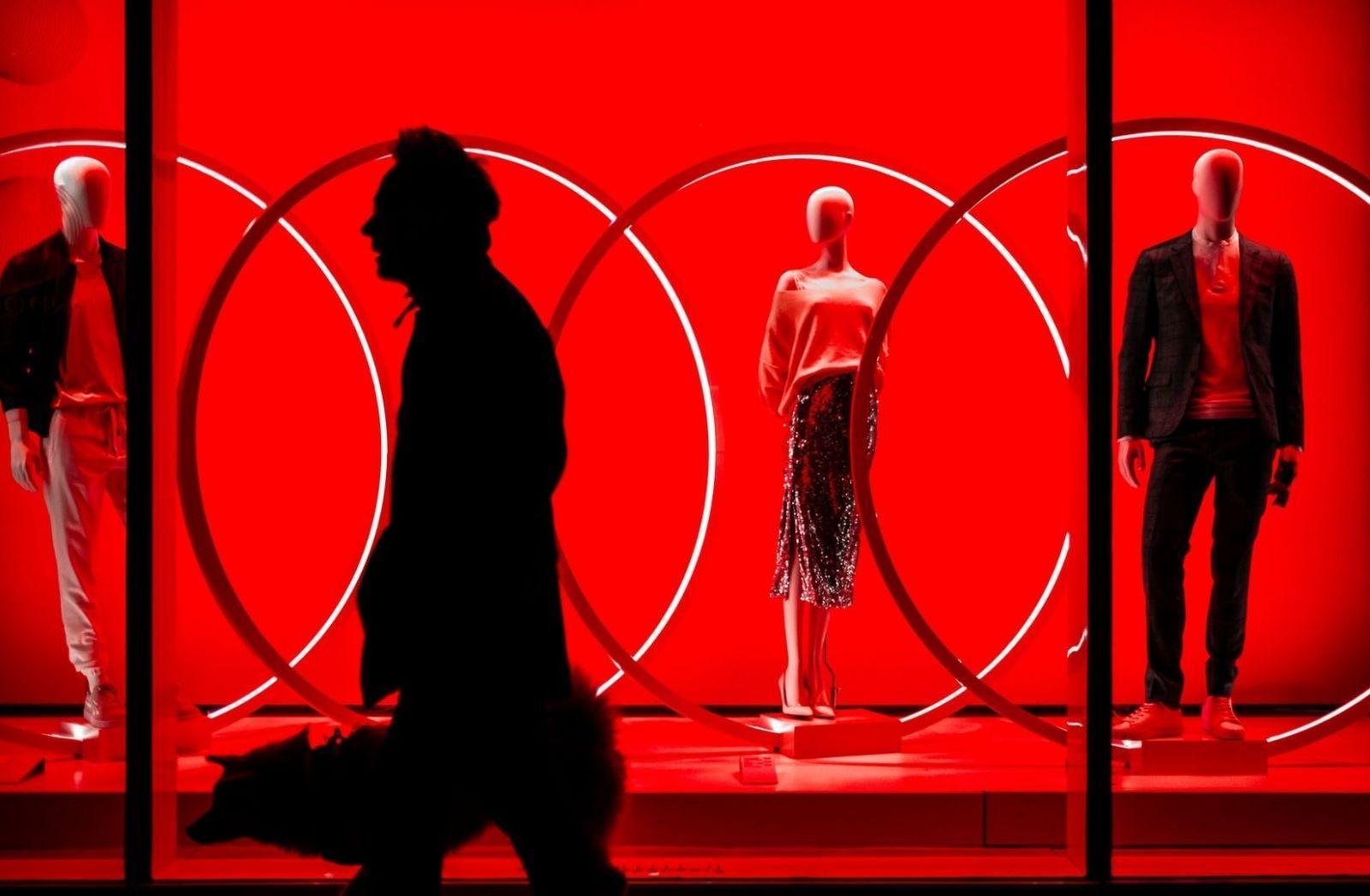 Ständiger Zwang zum Konsum, eine Art Gesetz der Gegenwart, ist auch eine Form der Gewalt. (Foto: Gil Ribeiro, Unsplash.com)