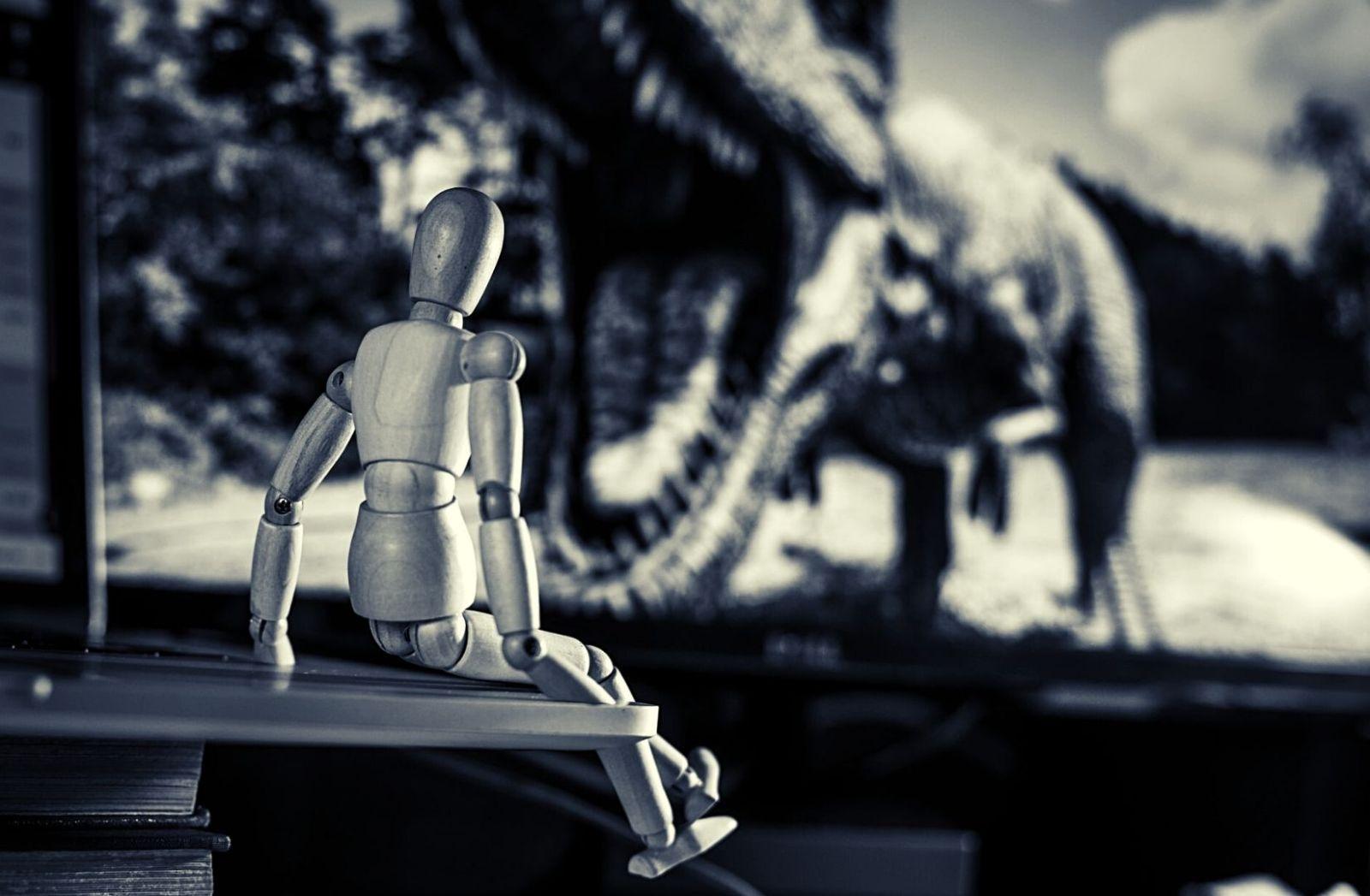 Entertainment mit Dinosaurier und TV. (Foto: Charl Folscher, Unsplash.com)