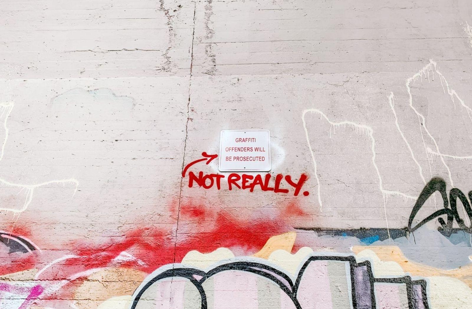 Graffiti an einer Hauswand, dort, wo es verboten ist. (Foto: socialcut, Unsplash.com)