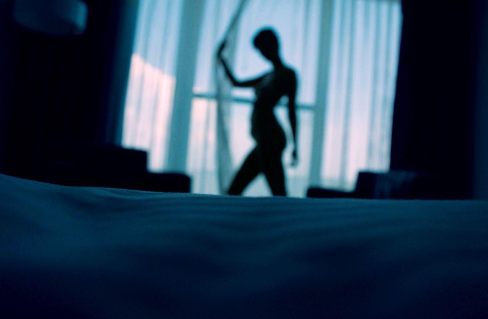 Schatten einer Frau vor einem Fenster. (Foto: Maru Lombardo, Unsplash.com)