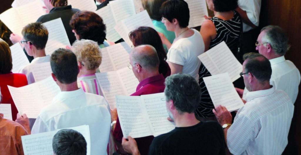 Manche tun es nur unter der Dusche, etliche auch im Kirchenchor, viele lassen sich dazu hinreißen, wenn sie im Fußballstadion oder auf Geburtstagsfeiern sind. Und es gibt auchimmer wieder solche, die von sich sagen, sie könnten es nicht: singen. Was man vor allem benötigt, um singen zu können, ist vor aller Technik und Begabung der eigene Atem.