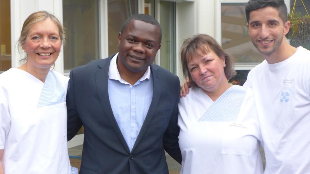 m Kreise der Kollegen: Kofi Akoto setzte sich gemeinsam mit ihnen mit einem Verein für Ghana ein.Foto: Emons
