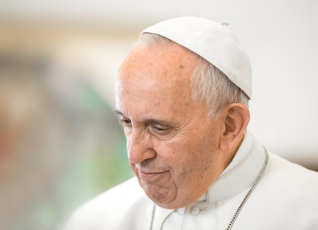 """Vatikanstadt –Gegen einen erstarkenden Populismus hat Papst Franziskus sozialpolitische Maßnahmen verlangt. Die Corona-Pandemie führe zu Armut und Ausschluss vom Arbeitsmarkt. Dies mache den Kampf für Land, Wohnung und Arbeit zugunsten Benachteiligter noch dringlicher, sagte das Kirchenoberhaupt am Donnerstag in einer Videobotschaft an eine Tagung in London. Jeder müsse ein Leben führen können, """"das wert ist, menschlich genannt zu werden"""". Die Antwort auf populistische Strömungen liege in einer """"Politik der Geschwisterlichkeit"""", so der Papst."""