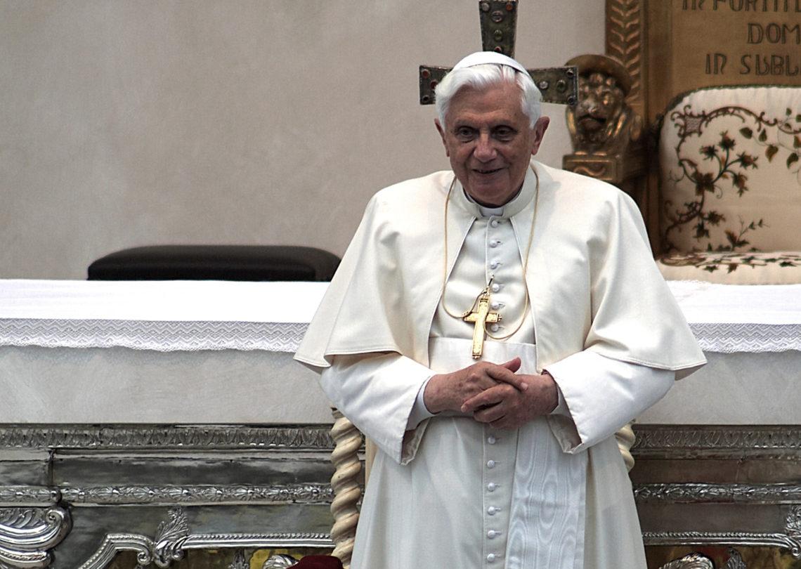 """Rom/Vatikanstadt –Anders als in einzelnen italienischen Medienberichten behauptet, hat Benedikt XVI. seine Stimme noch nicht verloren. Wie sein Privatsekretär, Erzbischof Georg Gänswein, der Katholischen Nachrichten-Agentur (KNA) am Donnerstag bestätigte, kann sich der frühere Papst noch verständlich äußern. Allerdings sei seine Stimme schon seit längerem """"sehr schwach und dünn geworden""""; man müsse gut zuhören, dann sei Benedikt XVI. zu verstehen."""