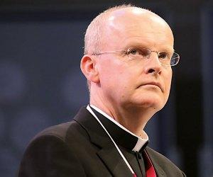 """Der Essener katholische Bischof Franz-Josef Overbeck hat Fehler im Umgang mit einem zweimal wegen Missbrauchs verurteilten Priester eingeräumt. """"Ich habe Schuld auf mich geladen"""", sagte er der """"Zeit""""-Beilage """"Christ & Welt"""" (Donnerstag). Als er Anfang 2010 kurz nach seinem Amtsantritt in Essen von dem Fall erfahren habe, habe er sich nicht die Personalakte kommen lassen. """"Sonst hätte ich die Dimension des Falls vielleicht gesehen"""", so der Ruhrbischof. Einen Rücktritt wegen dieses Fehlers schloss er aber aus."""