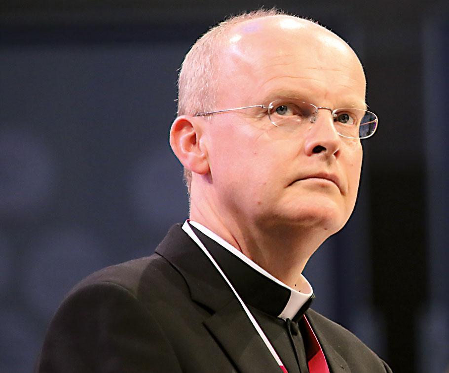Nach dem Nein des Vatikan zu einer Segnung von schwulen und lesbischen Paaren ist der Essener Bischof Franz-Josef Overbeck gegen eine Suspendierung von Priestern, die dies trotzdem tun.