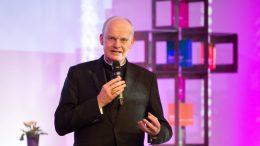 Der Essener Bischof Franz-Josef Overbeck spricht sich in einem Interview für Weihämter für Frauen aus.