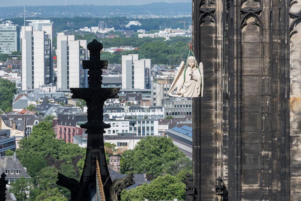 Köln, Dom, Transport des Turmengels mit Schalmei von der Dachwerkstatt auf die obere Ebene des 100-Meter-Gerüstes
