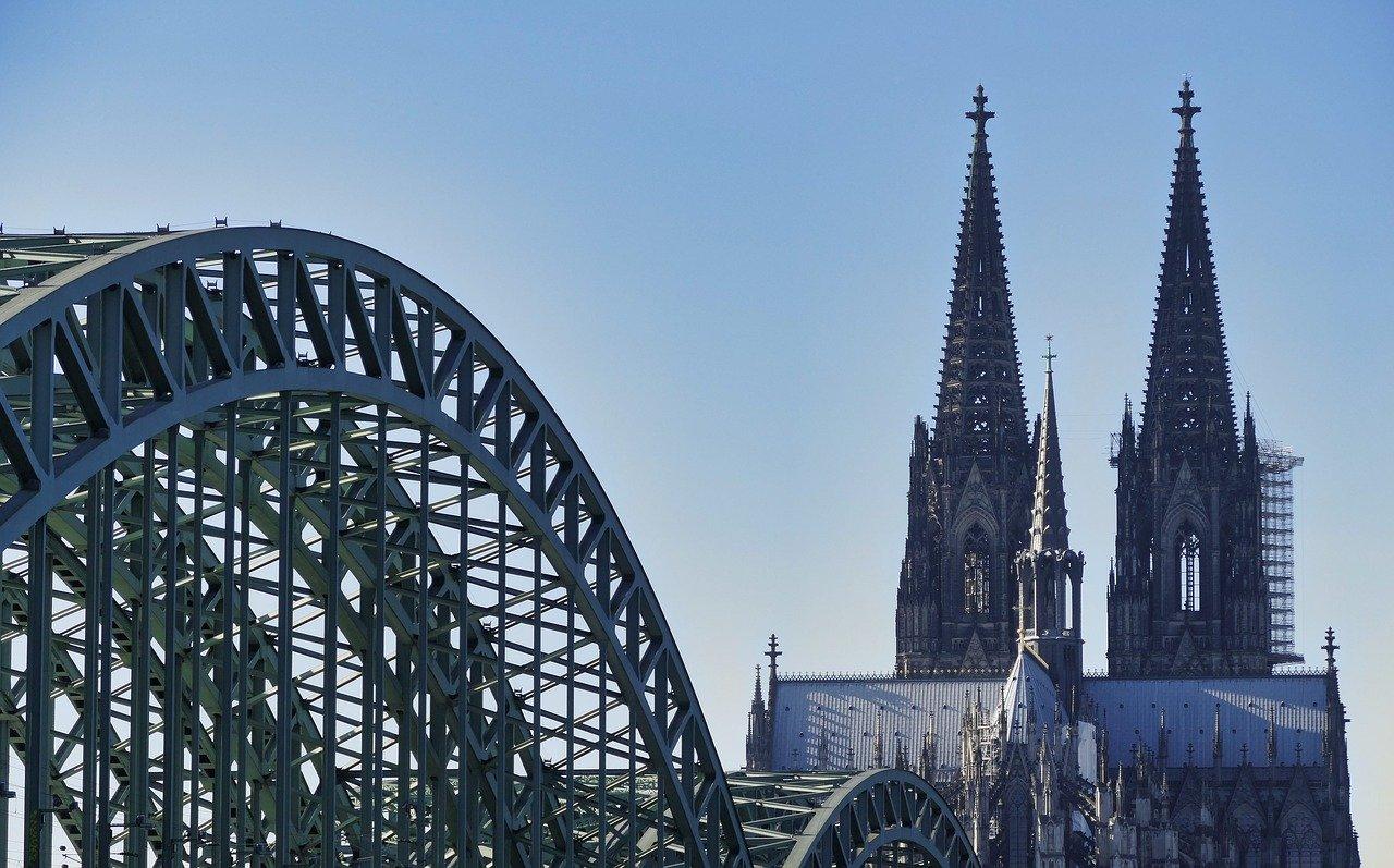 """Osnabrück –Der Vorsitzende des Zentralrats der Muslime in Deutschland, Aiman Mazyek, hält es für einen Ausdruck von Respekt, dass in Köln künftig Muezzine zum Freitagsgebet rufen dürfen. Der """"Neuen Osnabrücker Zeitung"""" (Dienstag) sagte Mazyek, der Muezzin-Ruf sei integraler Bestandteil des muslimischen Gebets und eine Selbstverständlichkeit in vielen Ländern Europas sowie den USA."""