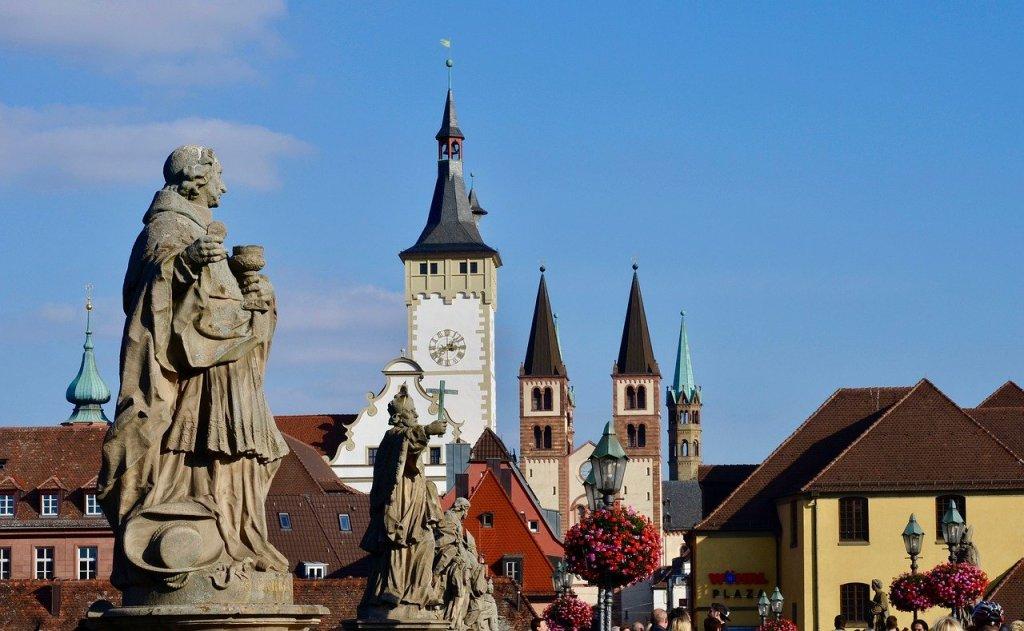 """Würzburg – Der Vorsitzende des Diözesanrats der Katholiken im Bistum Würzburg, Michael Wolf, hat vor einseitigen Sparmaßnahmen in der fränkischen Diözese gewarnt. Vor dem Hintergrund der Corona-Pandemie rechnet der oberste Laienvertreter im Interview der """"Main-Post"""" (Dienstag) mit einem höheren Fehlbetrag für dieses Jahr. Darauf müsse man sich einstellen, es könne nicht so weitergehen. Für 2020 ist bisher ein Minus von rund 13 Millionen Euro eingeplant."""