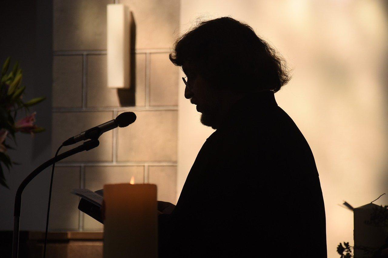 Paris –In der katholischen Kirche in Frankreich hat es laut einer Untersuchung seit 1950 geschätzt 216.000 minderjährige Opfer sexueller Übergriffe durch Priester, Ordensleute und Kirchenmitarbeiter gegeben.Man habe zwischen 2.900 und 3.200 potentielle Täter ermittelt, so das Ergebnis einer unabhängigen Kommission, deren Gründung die französischen Bischöfe im November 2018 in Auftrag gegeben hatten.Am Dienstag übergab der Vorsitzende der Untersuchungskommission, der frühere Richter Jean-Marc Sauve, öffentlich den rund 2.500 Seiten umfassenden Abschlussbericht an die Vorsitzenden der Bischofskonferenz und der Konferenz der Ordensleute, Erzbischof Eric de Moulins-Beaufort von Reims und Schwester Veronique Margron.