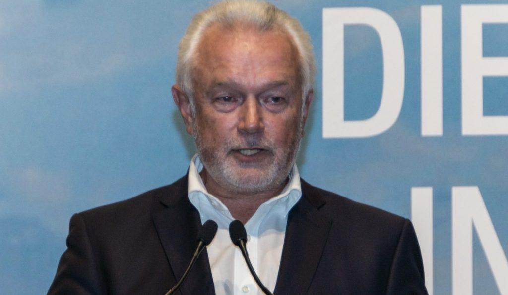 """Berlin –Der stellvertretende FDP-Vorsitzende Wolfgang Kubicki hat muslimische Verbände zum Einsatz gegen Antisemitismus aufgefordert. Es brauche """"konkrete Basisarbeit in den Gemeinschaften vor Ort"""", schreibt Kubicki in einem Gastbeitrag für die """"Welt"""" (Dienstag). Wenn Gruppierungen antisemitische Propaganda verbreiteten, müssten diejenigen muslimischen Verbände gegensteuern, """"die sich unserer Rechts- und Werteordnung verschrieben haben""""."""