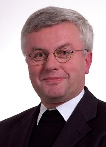Nach Vorlage eines belastenden Gutachtens zum Umgang mit Missbrauchsfällen im Erzbistum Köln hat der Leiter des Kölner Kirchengerichts, Günter Assenmacher (69), sein Amt aufgegeben.