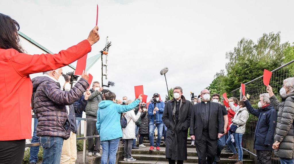 Düsseldorf–Rund 60 Protestierende einer katholischen Kirchengemeinde in Düsseldorf haben dem Kölner Kardinal Rainer Maria Woelki buchstäblich die Rote Karte gezeigt. Die Männer und Frauen machten am Donnerstagabend vor der Kirche Sankt Maria vom Frieden im Düsseldorfer Osten ihrem Unmut Luft über die Missbrauchsaufarbeitung im Erzbistum Köln. Woelki führte in dem Gotteshaus ein Gespräch mit Vertretern der Gemeinde Sankt Margareta, zu der die Kirche Sankt Maria vom Frieden gehört. Als sich Woelki dem Gebäude näherte, streckten ihm die Protestierenden Rote Karten entgegen.