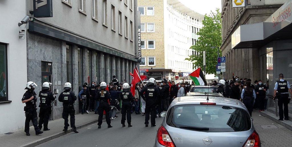 In Gelsenkirchen hat die Polizei einen antiisraelischen Demonstration gestoppt, der offenbar zur Synagoge ziehen wollte. Die innenpolitische Sprecherin der Grünen im Deutschen Bundestag, Irene Mihilic fordert nun ein Signal des Bundesinnenministers.
