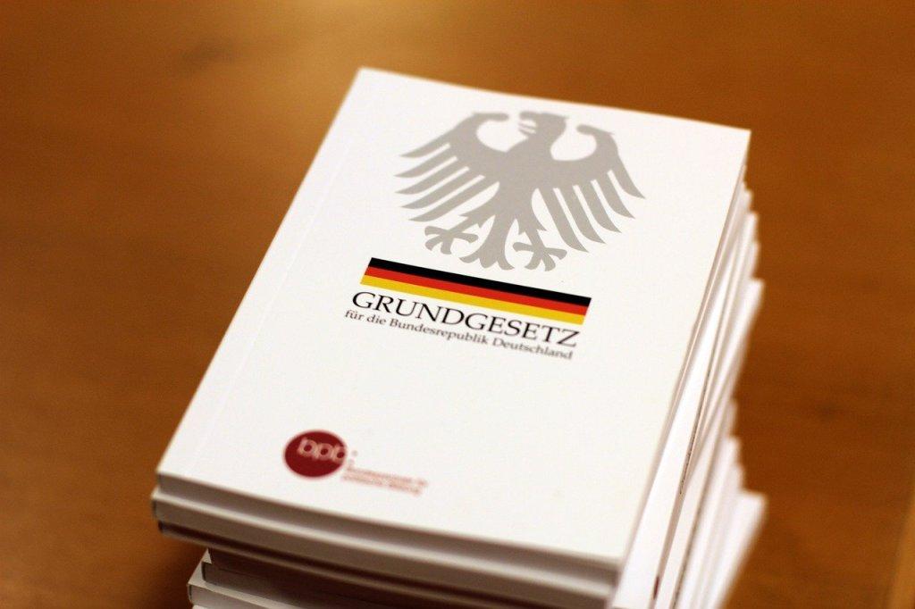 """Berlin –Bundesjustizministerin Christine Lambrecht (SPD) hat der CDU/CSU-Fraktion im Bundestag vorgeworfen, die Streichung des Rasse-Begriffs im Grundgesetz zu verhindern. """"Es gibt keine offizielle Begründung, ja nicht einmal eine Debatte darüber"""", sagte Lambrecht dem Redaktionsnetzwerk Deutschland (Donnerstag). """"Die Grundgesetzänderung würde zeigen, dass wir entschlossen gegen Ausgrenzung und Rassismus vorgehen."""""""