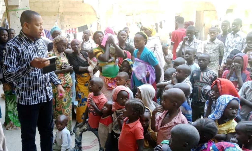 """Abuja –Die Vereinten Nationen sind angesichts der schlechten Versorgungssituation im Nordosten Nigerias alarmiert. Schätzungen zufolge brauchen in der Region rund 4,4 Millionen Menschen in den kommenden Wochen dringend Nahrungsmittelhilfe. Bei 775.000 Personen sei das Risiko einer Unterversorgung """"extrem hoch"""". """"Katastrophal"""" nennt Edward Kallon, humanitärer Koordinator der UN in Nigeria, die Situation. """"Das Niveau der Ernährungsunsicherheit ist heute ähnlich wie in den Jahren 2016 und 2017, als die Krise am schlimmsten war."""" Nach Einschätzung der Hilfsorganisation Save the Children sind Kinder und Jugendliche besonders betroffen - 2,3 Millionen litten Hunger."""