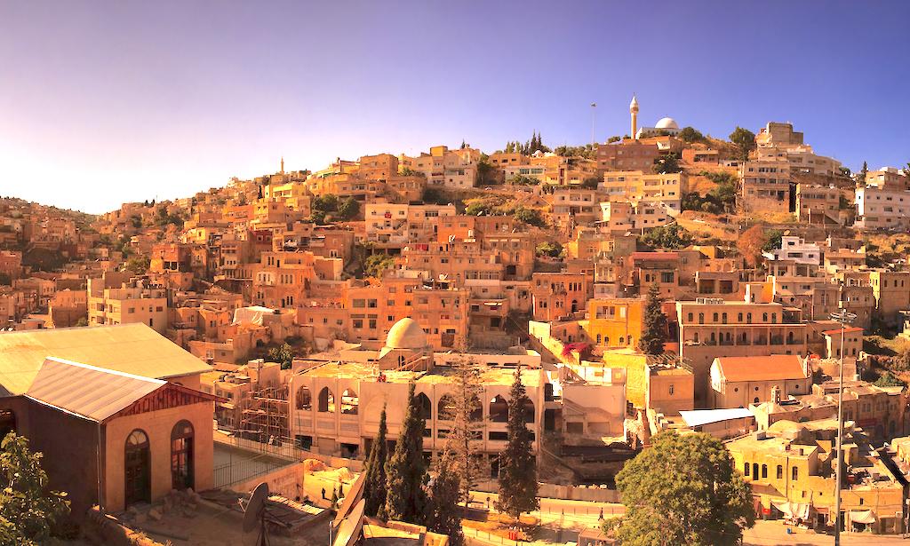 """Jerusalem – Die jordanische Stadt Salt erhofft sich eine positive Wirkung von der Aufnahme in die Liste des Unesco-Weltkulturerbes. Die Stadt stehe für Toleranz, Koexistenz und soziale Fürsorge unter seinen Bürger, betonte Jordaniens Tourismus-Minister Nayef al Fayez; es gebe keine nach Religionsgrenzen getrennten Stadtviertel. Die Ehrung werde die """"Kultur der interreligiösen Harmonie"""" weiter stärken. Kurz zuvor war die Stadt als """"Ort der Toleranz und der urbanen Gastfreundschaft"""" in die Liste aufgenommen worden."""