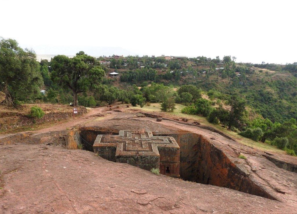 """Johannesburg –Die Unesco ist in Sorge über Äthiopiens mittelalterliche Felsenkirchen. Die Weltkulturerbestätte im Bundesstaat Amhara wurde diese Woche Berichten zufolge von Rebellen besetzt. Die UN-Kulturorganisation appellierte am Freitagabend an alle Konfliktparteien, ihren """"Pflichten unter internationalem Recht nachzukommen"""", um den Schutz der historischen christlichen Stätte sicherzustellen. """"Lalibela ist ein Ort der Wallfahrt, von Andacht und Frieden: es sollte kein Ort sein, an dem zu Gewalt und Konflikt angestiftet wird"""", so die Organisation."""