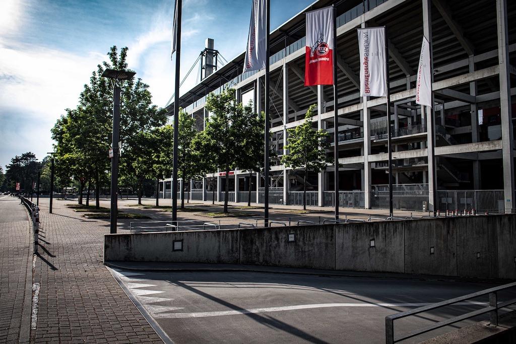 """Köln –Der Kölner Sozialpfarrer Franz Meurer begrüßt die Entscheidung des 1. FC Köln, ab Ende August nur noch geimpfte und genesene Fußballfans zu Heimspielen im Stadion zuzulassen. """"Wenn wir dafür sorgen wollen, dass die Delta-Variante uns nicht überfällt, müssen wir an vielen kleinen Stellen viele kleine Sachen machen, um die Sache in den Griff zu kriegen"""", sagte er dem Kölner Online-Portal domradio.de am Montag. """"Und von daher sehe ich moralisch überhaupt kein Problem, weil wir ja nicht die Menschen zu etwas zwingen, sondern nur Bedingungen setzen."""""""