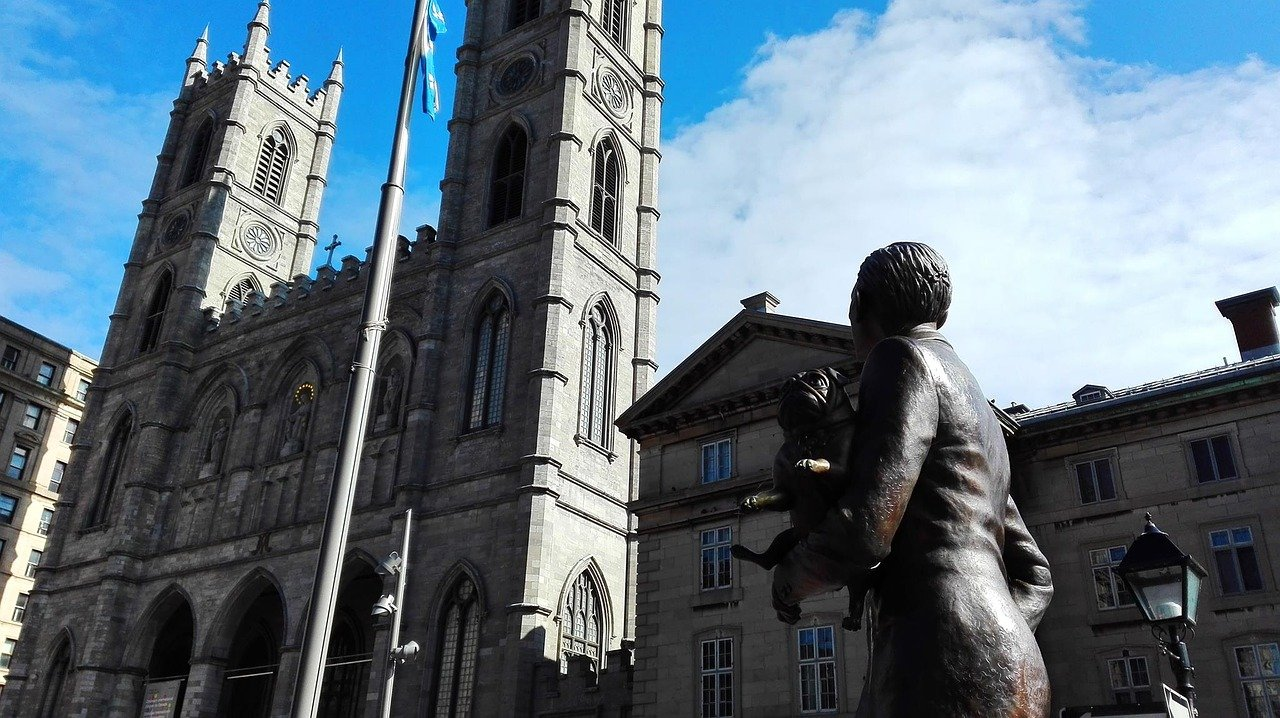 """Ottawa –Die katholischen Bischöfe in Kanada haben sich für das Leid entschuldigt, das durch die Beteiligung der Kirche am früheren Internatssystem für indigene Kinder verursacht wurde. """"Wir erkennen den schweren Missbrauch an, der von einigen Mitgliedern unserer katholischen Gemeinschaft begangen wurde: physisch, psychologisch, emotional, spirituell, kulturell und sexuell"""", heißt es in einer am Freitag (Ortszeit) veröffentlichten Erklärung. Es ist die bislang umfassendste Äußerung der katholischen Kirche zu dem seit Monaten schwelenden Thema."""