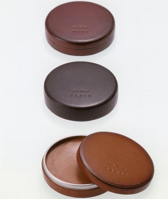Poliermittedosel für Lederschuhe von Asako Okazaki