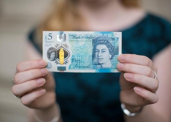 Der neue Fünfer, gehalten von England's Chef Kassiererin, Victoria Cleland. Foto: Graeme Robertson for the Guardian