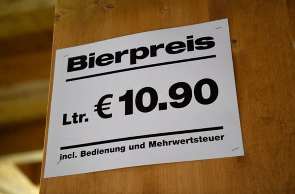 Herbstliche Stilfragen: 10,90 kostet die Mass Bier dieses Jahr in den meisten Zelten, heißt es in der Süddeutschen. (Foto- dpa)