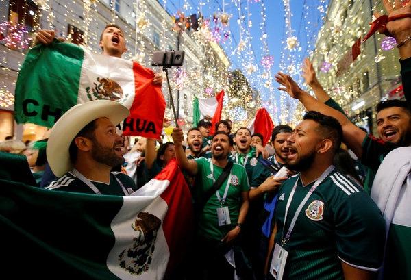 Jubelnde Mexikaner in Moskau. NYTimes Morgenbriefing (Sergei Karpukhin:Reuters)