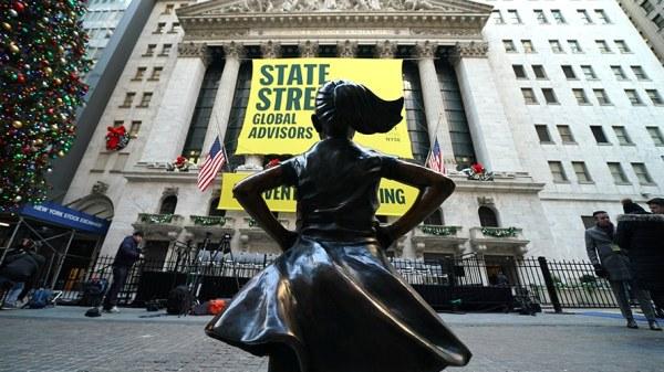 Das furchtlose Mädchen stellt sich nicht länger dem Stier der Wall Street entgegen, aber blickt jetzt mit Armen in die Hüften gestemmt auf die New Yorker Börse. (Getty Images)