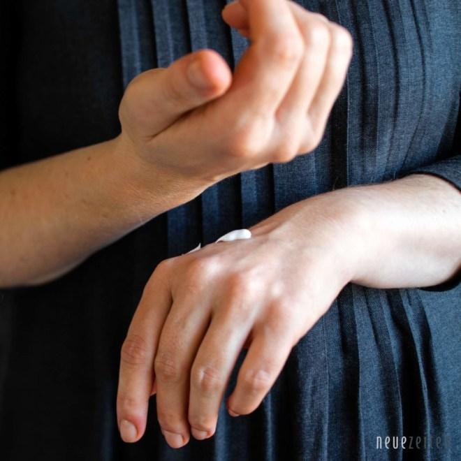 Ambientebild - The Gift Label - Handcreme - Hände eincremen quadratisch