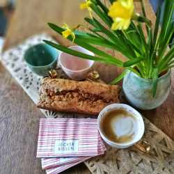 Beitragsbild - einfacher Karottenkuchen - Ambiente mit Kaffee
