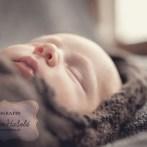 Kleine lächelnde Victoria, 11 Tage alt – Neugeborenenfotos in Esslingen
