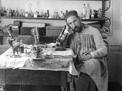 Ramón_y_Cajal_ca._1884-1887_(autorretrato) wikimedia comons