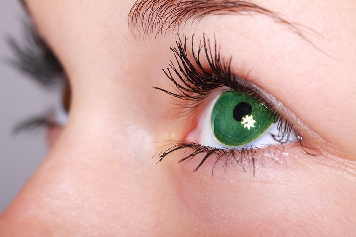 This shows a woman with green eyes