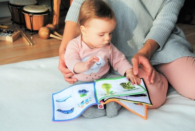 Baby reading with mommy  | neveralonemom.com