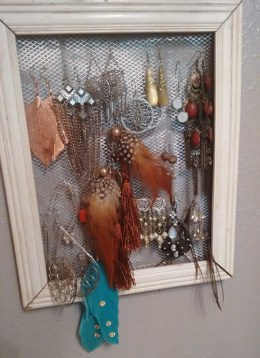 DIY earring holder | neveralonemom.com