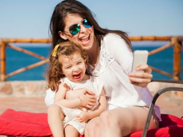 Single mom on vacation | neveralonemom.com