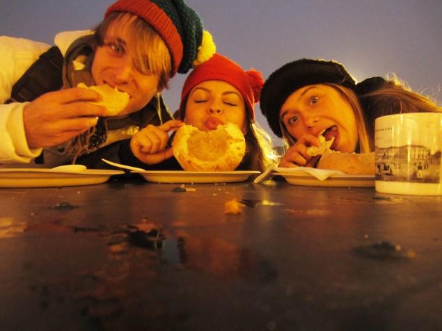 Nós três nos aquecendo com sopinha de goulash no pão