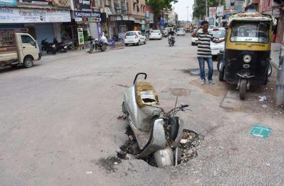 Bikaner- Roads Began To Break - बदहाल शहर की सड़कें: कहीं गहरे गड्ढे तो कहीं डामर ही गायब, जिम्मेदार मौन | Patrika News