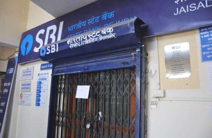 लॉकडाउन के चलते सीमित हुई बैंकिंग सर्विसेज, हो रहें हैं सरकारी लेनदेन लेकिन SBI में कैश न होने से बढ़ी परेशानी